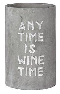 """Weinkühler Beton mit der Aufschrift """"any time is wine time"""""""