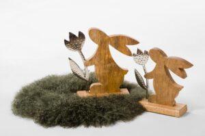 Hase Charmeur mit Tulpe aus Holz und Metall